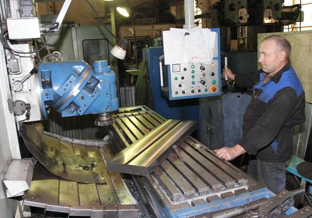 За станком, прозванным рабочими «Мерседесом», работает Г. Саблуков из г. Сим